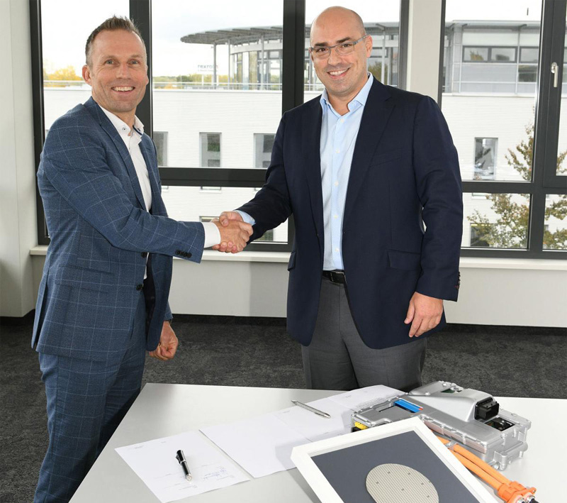 CEO of Cree shakes hands with head of the ZF E-Mobility Division for business cooperation